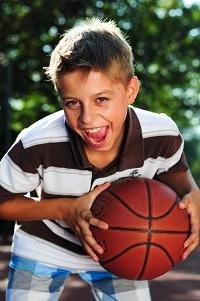 Junge mit Basketball